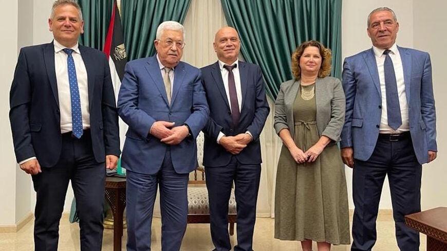 التقى وزير الصحة الإسرائيلي نيتسان هورويتز ووزير التعاون الإقليمي عيساوي فريج وعضو الكنيست ميشال روزين مع الرئيس الفلسطيني محمود عباس في رام الله يوم 3 أكتوبر.