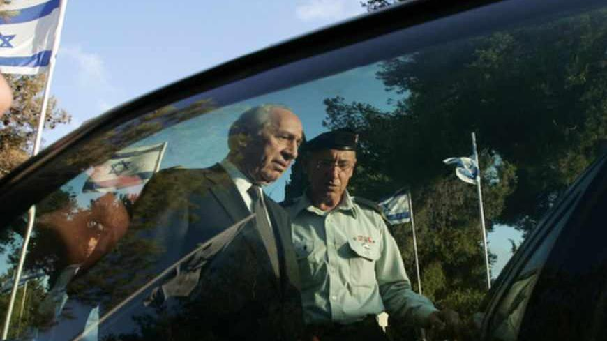 Israel's President Shimon Peres steps into his car after attending a memorial ceremony at Mount Herzl in Jerusalem July 16, 2007. Nobel peace laureate Peres was sworn in as Israel's president on Sunday and pledged to seize the opportunity to encourage long-delayed efforts to achieve a diplomatic resolution to conflict in the Middle East.  REUTERS/Ronen Zvulun (JERUSALEM) - RTR1RX70