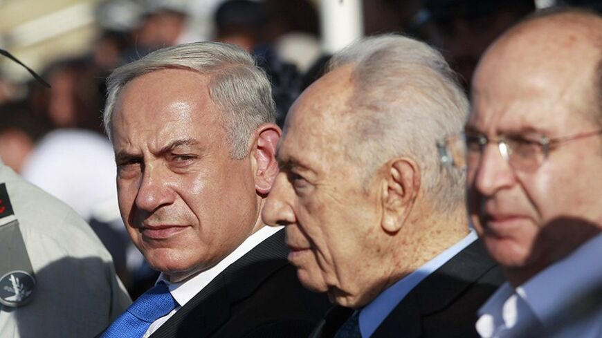 (L-R) Israel's military chief Benny Gantz, Prime Minister Benjamin Netanyahu, President Shimon Peres and Defence Minister Moshe Yaalon attend a graduation ceremony of Israeli naval officers in the northern city of Haifa September 11, 2013. Netanyahu said on Wednesday Syria must be stripped of its chemical weapons and that the international community must make sure those who use weapons of mass destruction pay a price. REUTERS/Baz Ratner (ISRAEL - Tags: POLITICS MILITARY) - RTX13HVO