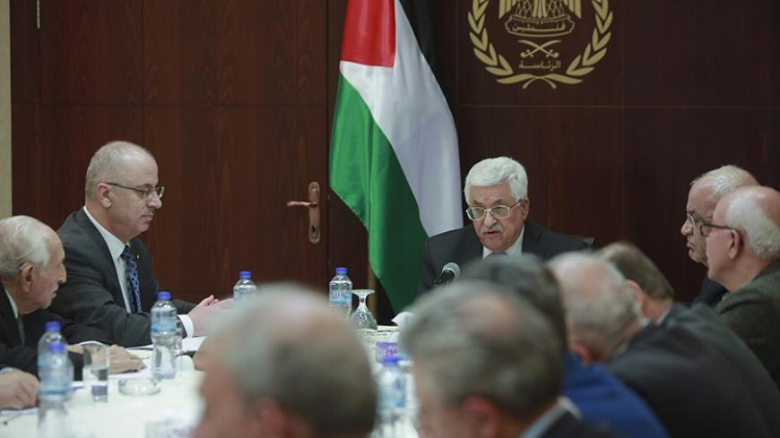 Palestinian President Mahmoud Abbas (C) chairs a meeting with the Palestinian Liberation Organisation's' (PLO) executive committee in the West Bank city of Ramallah March 1, 2016. REUTERS/Fadi Arouri/Pool - RTS8TEU