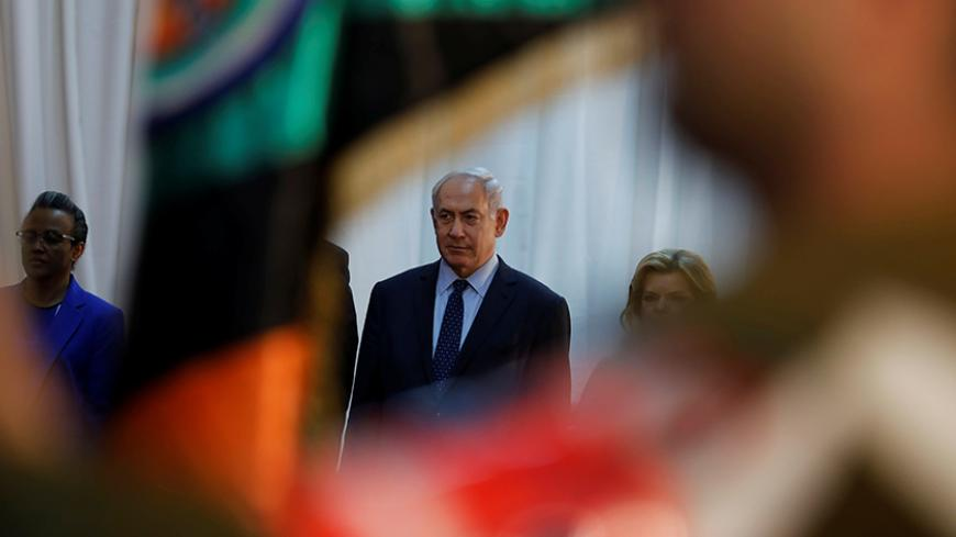 Israeli Prime Minister Benjamin Netanyahu (C) and his wife Sara are seen during a welcoming ceremony for Ethiopian Prime Minister Hailemariam Desalegn in Jerusalem June 6, 2017. REUTERS/Ronen Zvulun - RTX39AI6