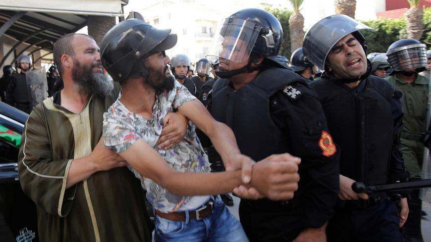 Riot police charge against protesters during a demonstration against official abuses and corruption in the town of Al-Hoceima, Morocco July 20, 2017. REUTERS/Youssef Boudlal - RC17B0A23700