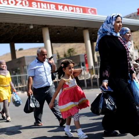 Syrian refugees enter Turkey in 2013