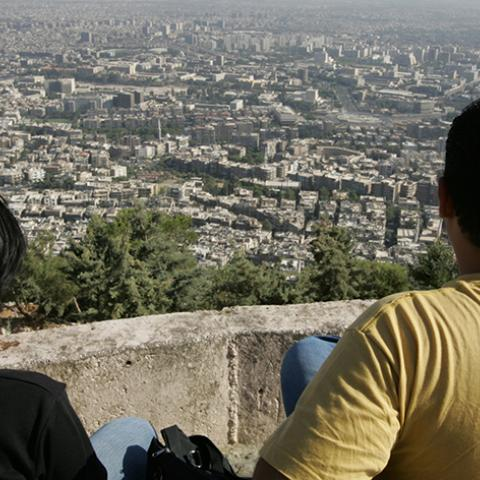 A Syrian couple sit at Mount Qasioun in Damascus September 12, 2005. Syria agreed on Monday with chief U.N. investigator Detlev Mehlis on the procedures for questioning Syrian witnesses in the probe into the killing of former Lebanese Prime Minister Rafik al-Hariri. REUTERS/Jamal Saidi  JS/TY - RTRNNQ1