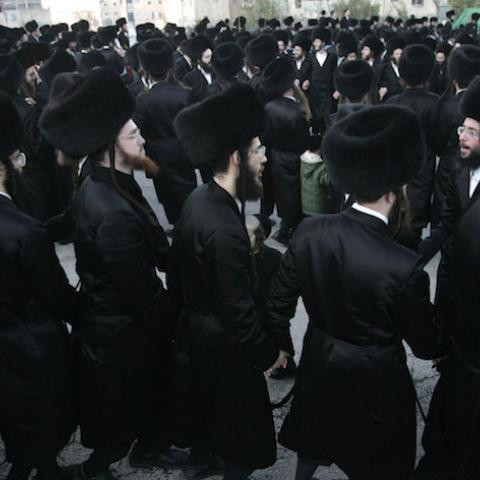 Ultra-Orthodox Jews dance outside a synagogue during a wedding in Jerusalem February 27, 2007. The Gur Hasidism dynasty celebrated their Rabbi's grandson's wedding on February 27.  REUTERS/Yonathan Weitzman  (JERUSALEM) - RTR1MW8Q