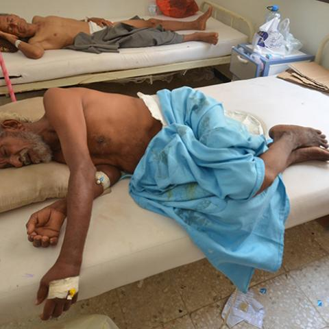 People infected with cholera lie on beds at a hospital in the Red Sea port city of Hodeidah, Yemen May 14, 2017. REUTERS/Abduljabbar Zeyad - RTX35S5M