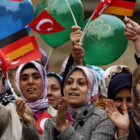 Turkish women wave German and Turkish flags during a visit of Turkey's President Abdullah Gul in Osnabrueck September 20, 2011.  REUTERS/Ina Fassbender (GERMANY - Tags: POLITICS) - BM2E79K144D01